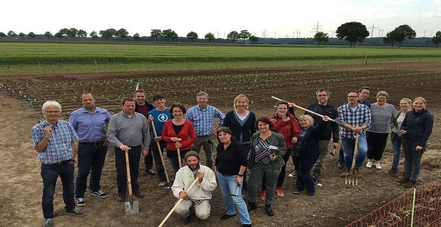 Nachhaltige und grüne Mitarbeiterbindung: Bohlsener Mühle Mitarbeiter werden Ackerhelden