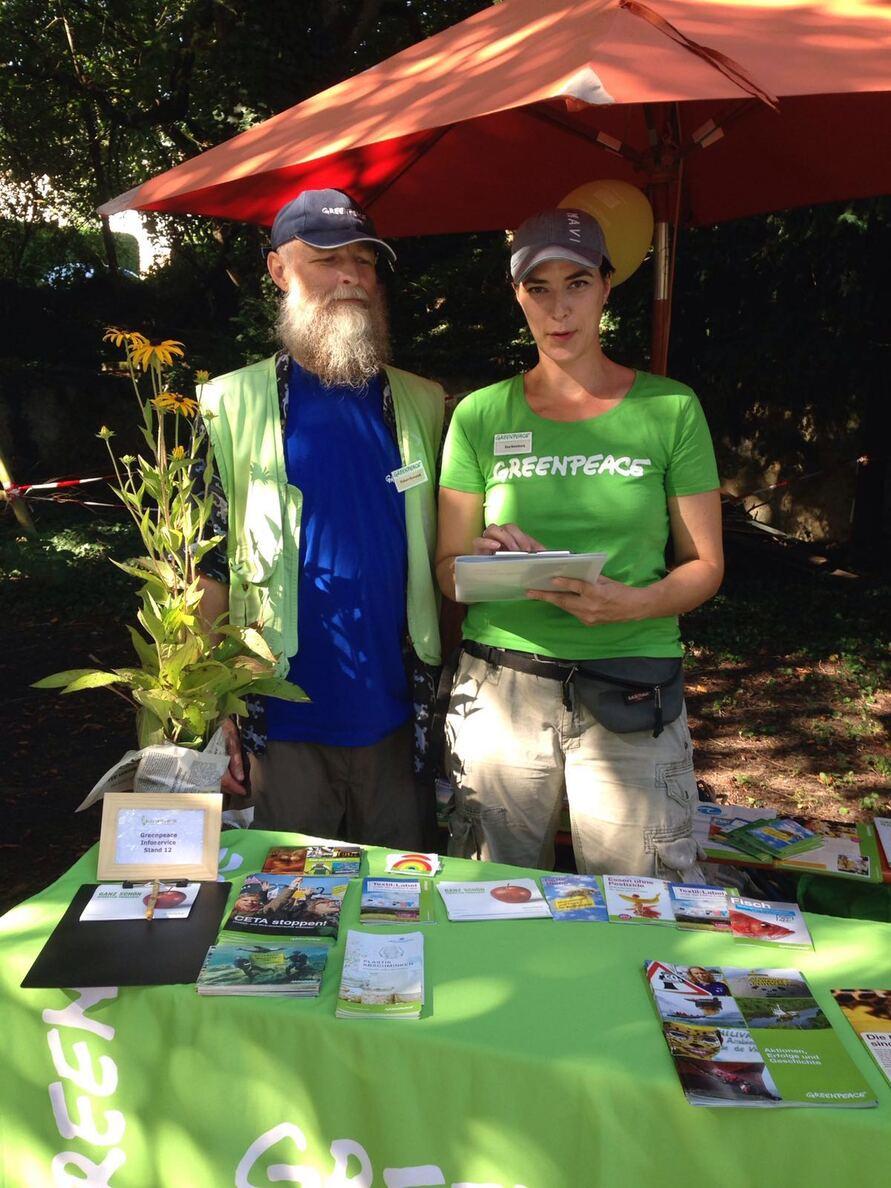 Zwei Mitarbeiter an einem Stand von Greenpeace