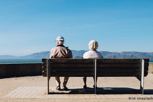Zwei ältere Menschen auf einer Bank
